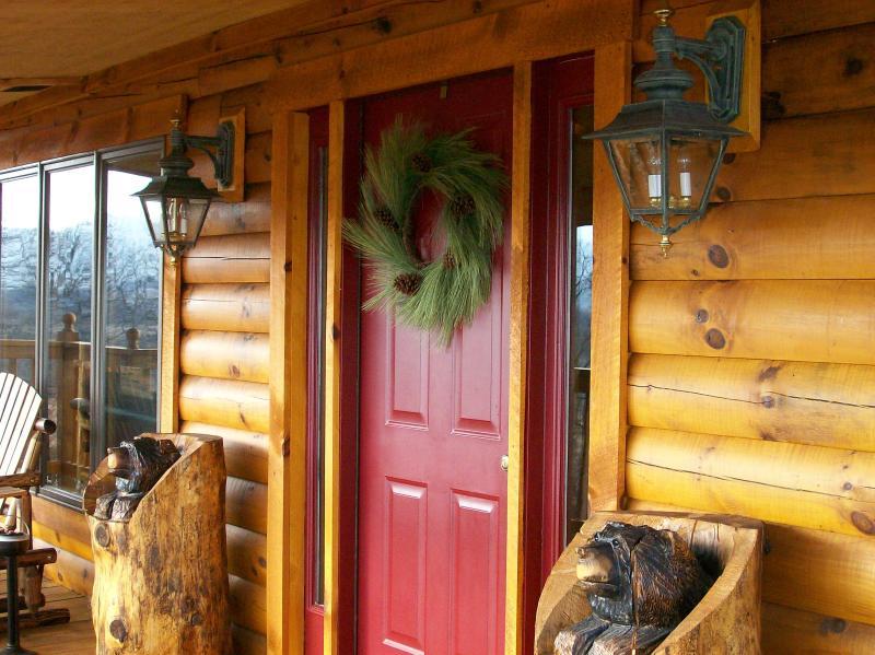wreath on outside door - The Potomac Overlook Log cabin - Upper Tract - rentals