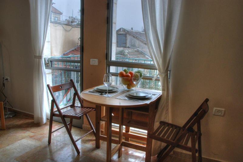 Dining area and balcony - The Market Courtyard - Jerusalem Suites - Jerusalem - rentals