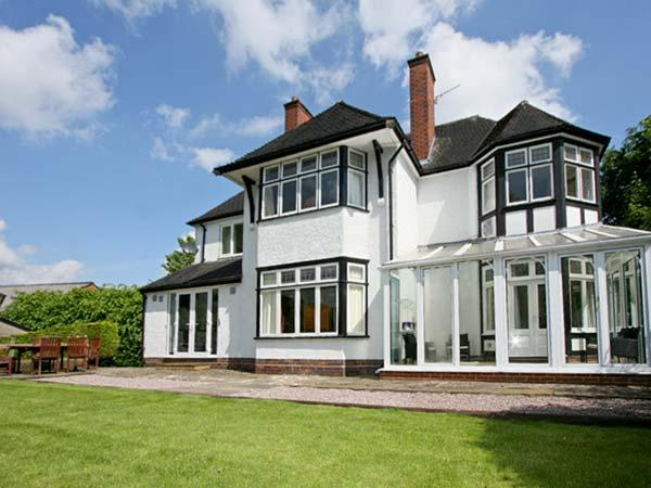 BROOKLYN, detached family holiday home, with four bedrooms, spa bath, and decked patio area, in Leek, Ref 7113 - Image 1 - Leek - rentals