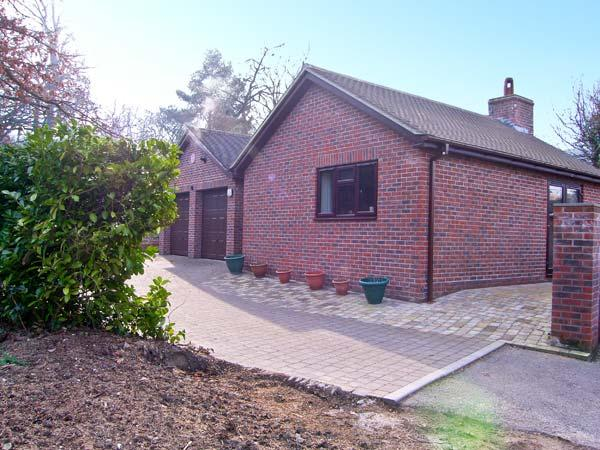 THE OAKS, ground floor accommodation, king-size bedroom, woodburning stove in Warminster, Ref: 13552 - Image 1 - Warminster - rentals