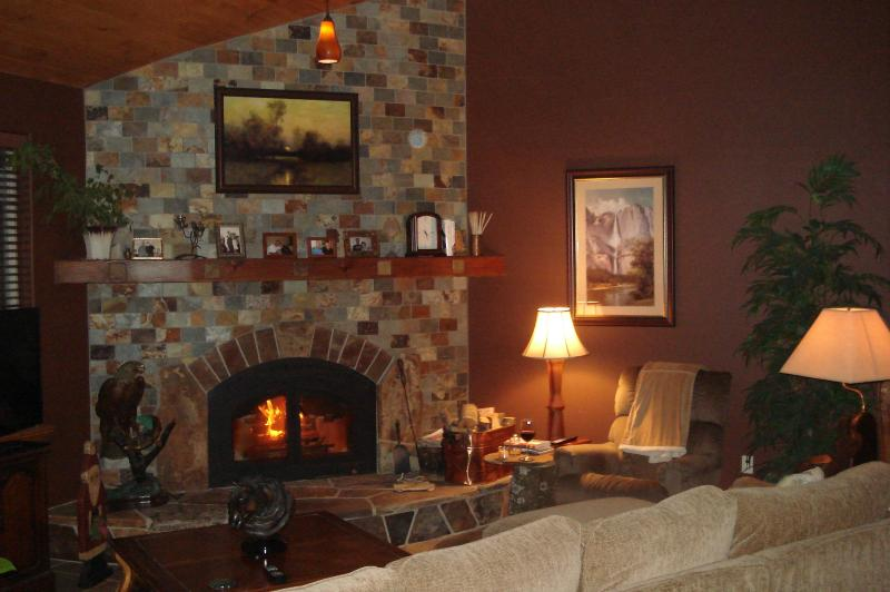 Relax and enjoy a glass a wine in the common living room - Yosemite / Bass Lake Romantic Bed and Kitchen - Yosemite National Park - rentals