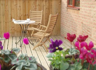 patio at the back of the cottage - Berry Banks Cottage - Whitby - rentals