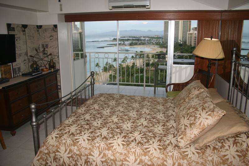 Wake up to the beauty of Waikiki Beach! - Waikiki Shore Studio 1404 - 'Ikena Nui (Big View) - Honolulu - rentals