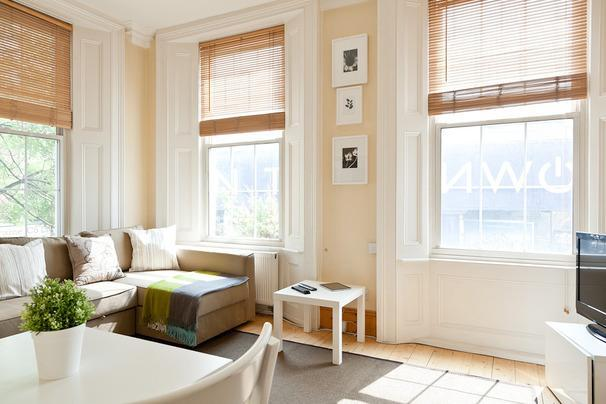 Living room graced with high ceiling windows - Gorgeous Apartment with Free Wifi - London - rentals