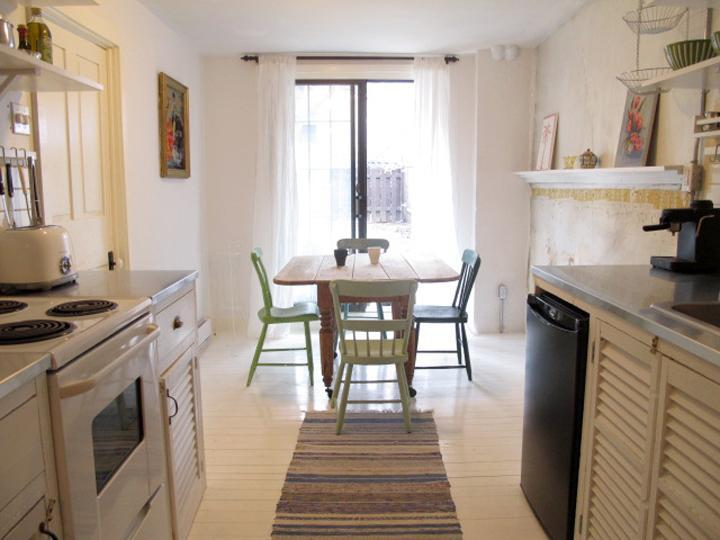 Kitchen / Dining Room. View towards garden. - Garden Apartment Plateau Mont-Royal - Montreal - rentals