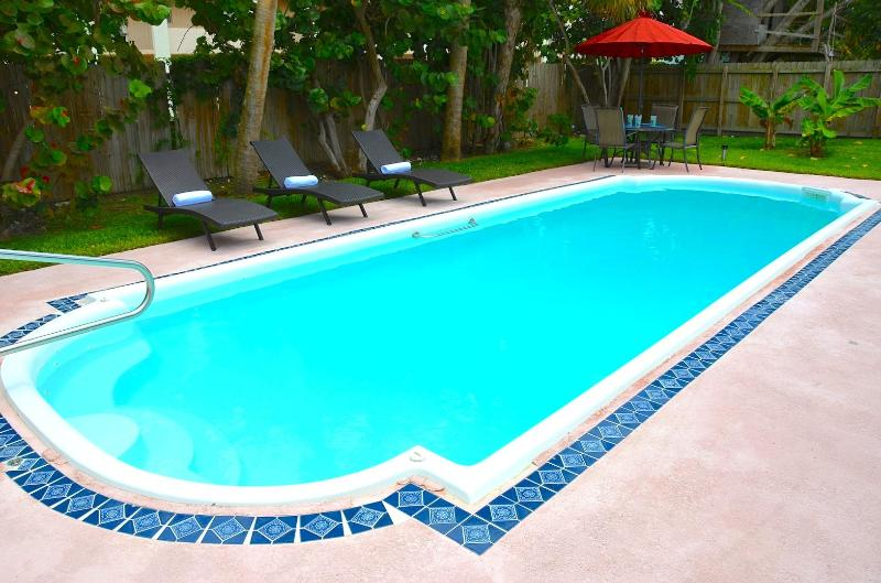Spacious & Private Rear Yard w/Large Pool... - Casa de Playa STUNNING 4BR/3BA LARGE POOL HOME! STEPS TO BEACH!! - Pompano Beach - rentals