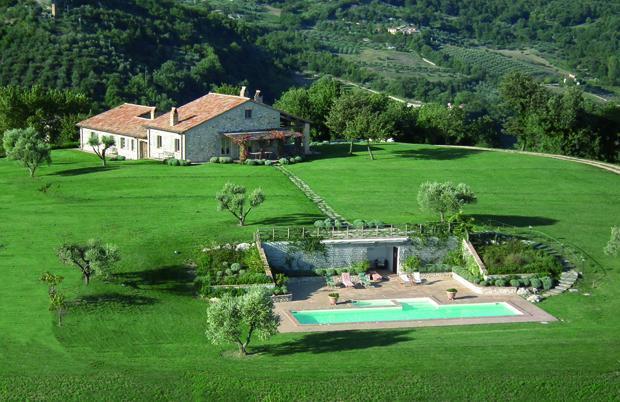 Gorgeous lawns surround the Villa - Villa Campo Rinaldo - Todi - rentals