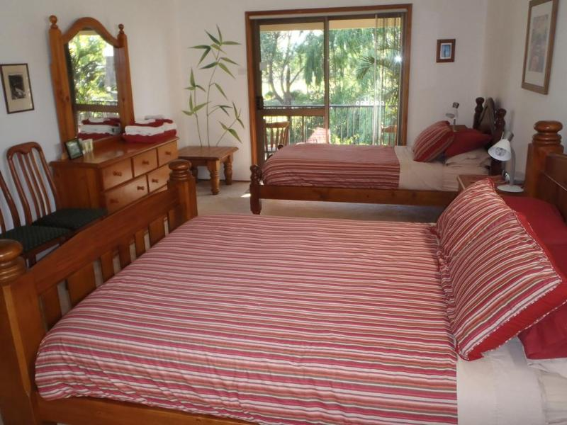 Willow Room with queen and king single beds - Peaceful Palms B&B - Raymond Terrace - rentals
