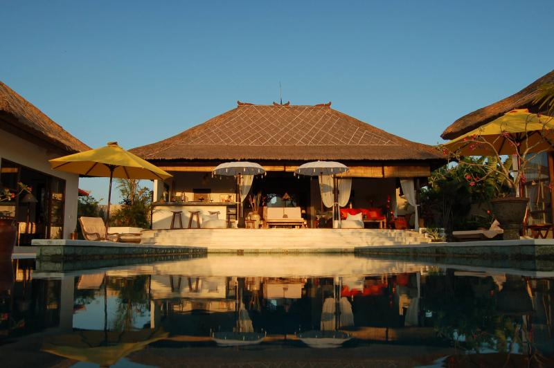 pool at dusk - TROPICAL VILLA WITH LARGE POOL AND LUSH GARDEN - Canggu - rentals