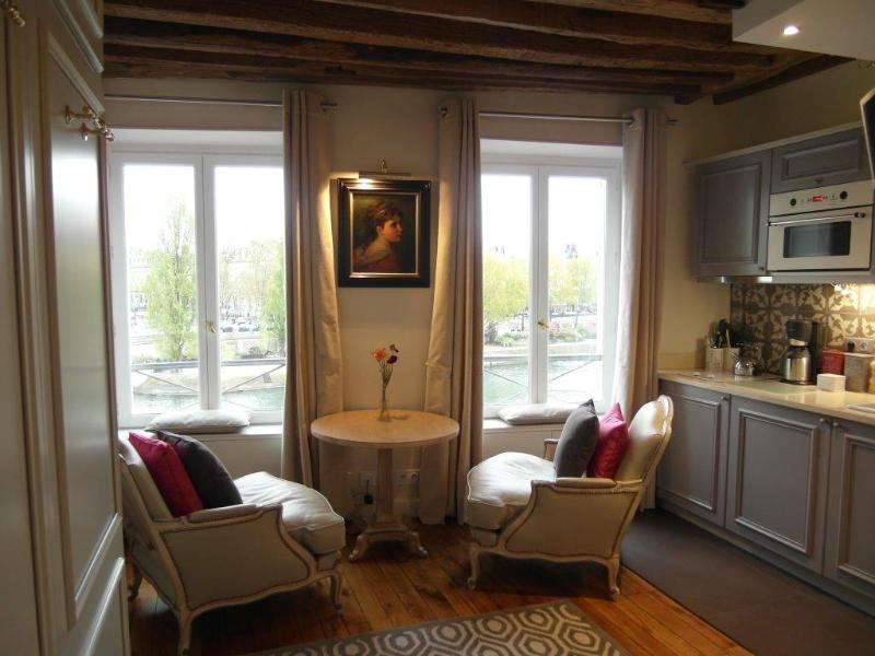 Enjoy your stay in elegant surroundings with a jaw-dropping view on the Seine River - Luxury Lovenest overlooking the river! EUR 1330 wk - Paris - rentals