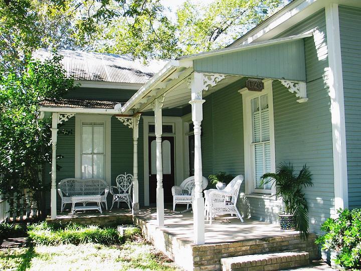 STADT HAUS FRONT PORCH - STADT PLATZ  NB Historic District- Sleep 18 - New Braunfels - rentals