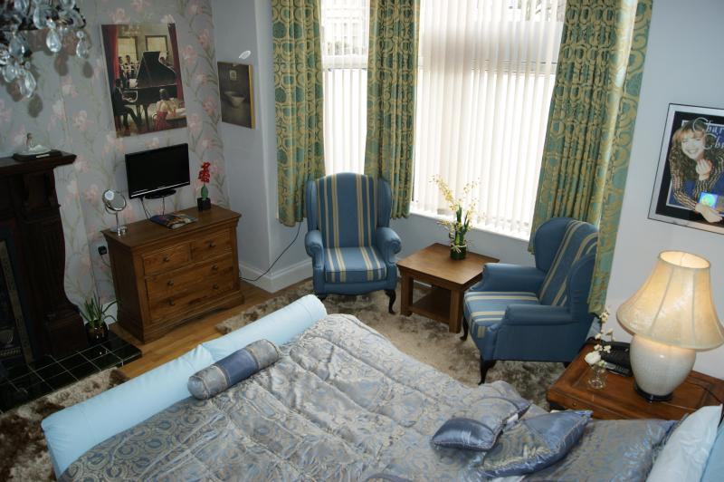 Room 1 - King size w/ Ensuite Double Shower - Dexby Townhouse - Cardiff - rentals