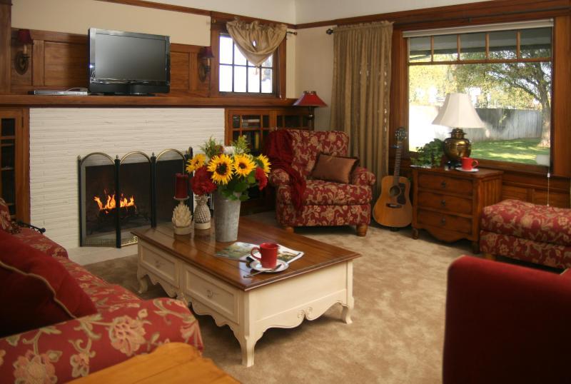 Living Room - Lovely Vineyard Cottage along Lodi's Wine Trail - Lodi - rentals