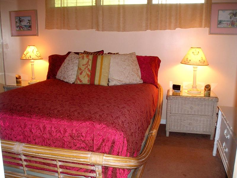 Top quality queen-sized Serta mattress and romantic decor - Cozy, well-appointed 1 bdrm near-to-beach condo - Kihei - rentals