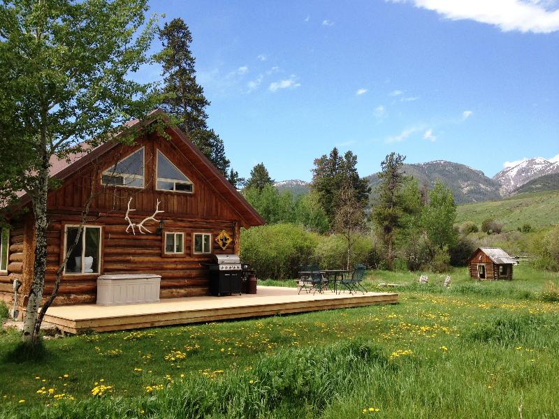 grpa's cabin on creek approaching it - Yellowstone Park Historically Restored Log Cabins - Gardiner - rentals