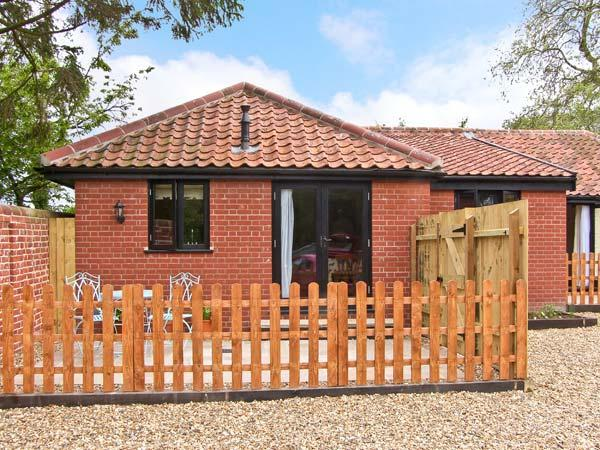 GOLDEN CROSS, dog friendly, single storey cottage, with two bedrooms, in Withersdale Street, Ref 15753 - Image 1 - Harleston - rentals