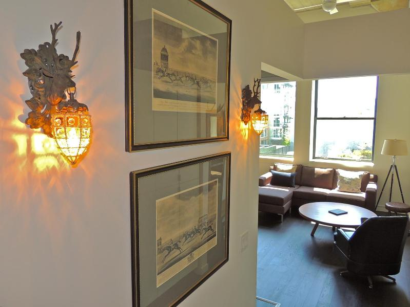 Entrance to Continental Suite - Dog Friendly 1 Br + Den-Free Wi-Fi, Parking, TV - Victoria - rentals