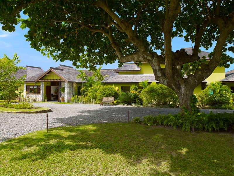 PARADISE PFW - 100687 - LOVINGLY RENOVATED 4 BED BEACHFRONT VILLA - OCHO RIOS - Image 1 - Ocho Rios - rentals