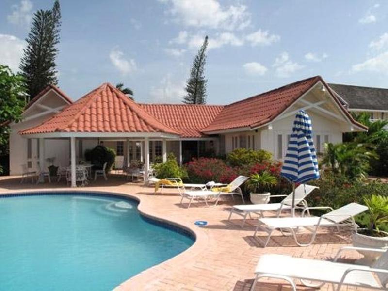 PARADISE PSU -  43699 - SPACIOUS | PRIVATE | 4 BED | BEACHFRONT | FAMILY VILLA - RUNAWAY BAY - Image 1 - Runaway Bay - rentals