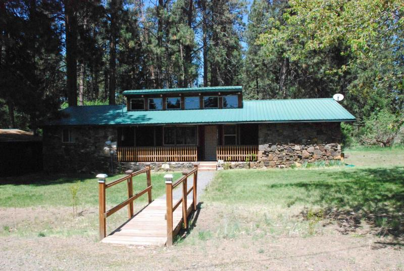 Front view 1 - Tecumseh Spring Rentals -The RockHouse - Crater Lake - rentals