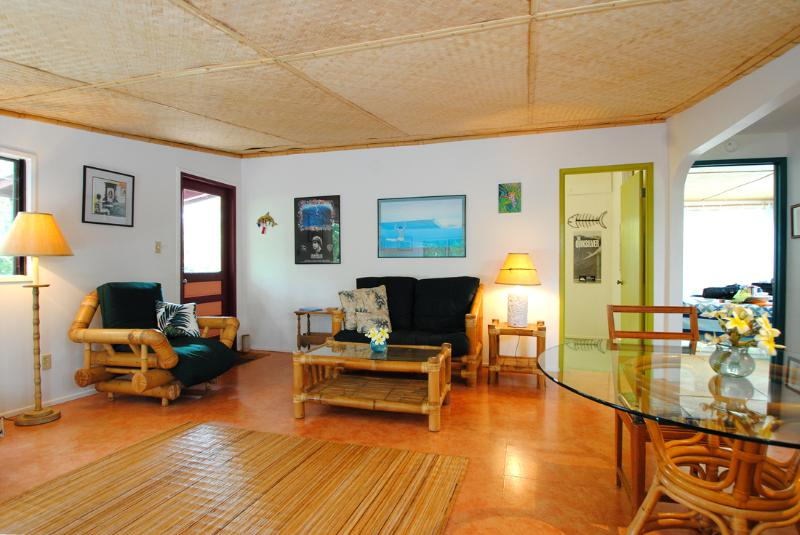 comfortable charming island style living/dining room - Charming Hawaiian style cottage walk to beach - Paia - rentals