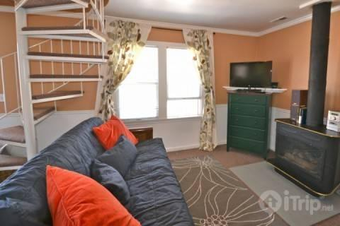 Cozy and comfortable living area with fold out sofa bed, flat screen TV - Old Town Victorian Village - Park City - rentals