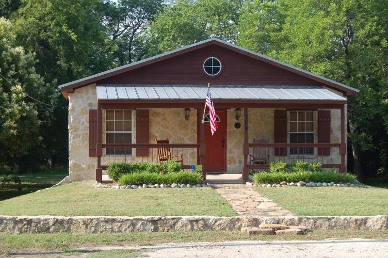Two blocks from historic downtown Glen Rose TX - Beautiful & Newly Renovated Cottage in Glen Rose - Close to Downtown Attractions! - Glen Rose - rentals
