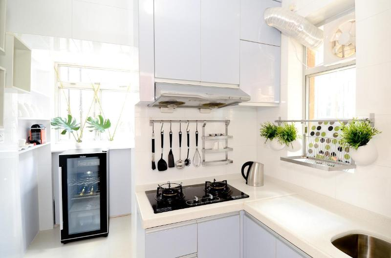 Prepare your individual meal in our fully equipped kitchen - The iCANDY!CENTRAL MTR CLEAN BRIGHT FAMILY DESIGN - Hong Kong - rentals