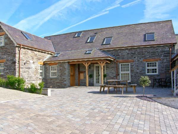 YSGUBOR UCHAF, quality farm cottage, en-suite, Jacuzzi bath, private patio, pet welcome, near Newcastle Emlyn, Ref 16895 - Image 1 - Newcastle Emlyn - rentals