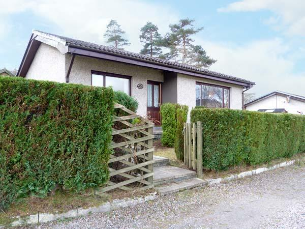 LOCH VIEW COTTAGE stunning views, all ground floor, water's edge cottage in Blaich, Ref 14733 - Image 1 - Fort William - rentals