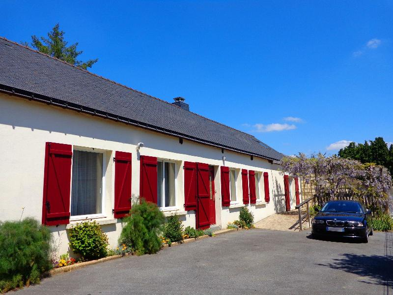 Ty Louisette Gite in the summer sunshine, front breakfast terrace covered in wisteria, parking. - Ty Louisette. Luxury canalside Gite in Brittany. - Morbihan - rentals
