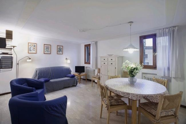 A quiet and sunny apartment with a beautiful view of Campo Santo Stefano - Image 1 - Venice - rentals