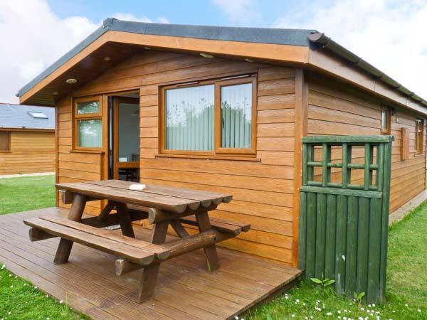 SOULS RETREAT, all ground floor holiday chalet on resort, two bedrooms, short drive to beaches in St Merryn, Ref 16857 - Image 1 - Padstow - rentals