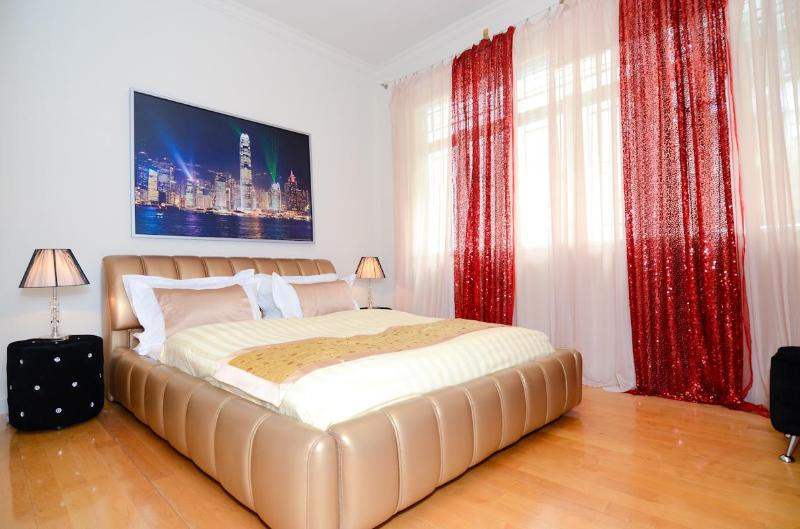 Master bedroom with king size bed - DeLUXE MODERN WOW VIEW MTR BIG 3bed2bath MTR CHEAP - Hong Kong - rentals