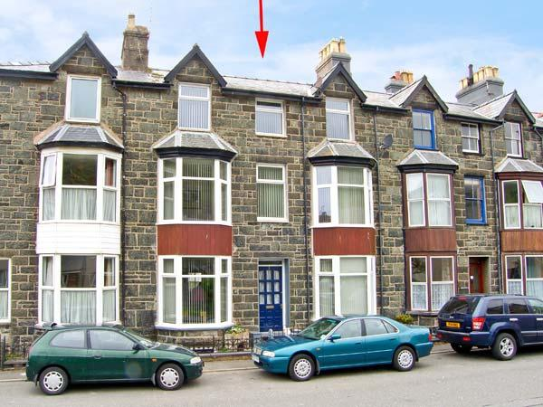 MAXWELL'S HOUSE, terraced townhouse, sleeps seven, in four bedrooms. Two minutes' walk to sandy beach, in Barmouth, Ref 14907 - Image 1 - Barmouth - rentals