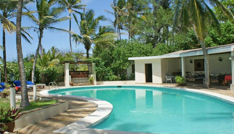The pool is large and flanked by an entertaining area and sunbeds. - Pavillion - 3 Bed Beachfront House, Watamu - Watamu - rentals