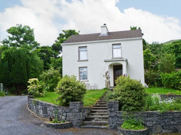 MYSTIC STREAM, large detached cottage, open fire, next to stream in Maam, Ref 16208 - Image 1 - Maam Cross - rentals