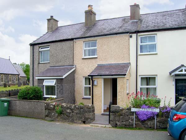 TY TWM, stylish accommodation, balcony, enclosed garden, pet welcome, in Llanfaglan near Caernarfon Ref 17031 - Image 1 - Caernarfon - rentals