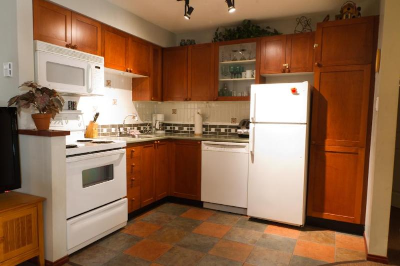 Kitchen - GR27 a pet-friendly 2 bdrm with private hot tub - Whistler - rentals