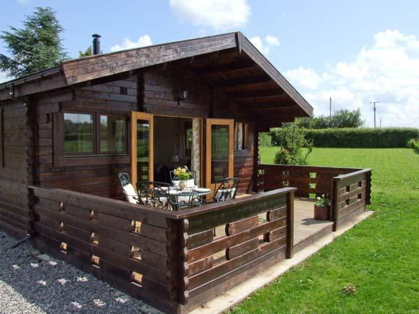CROP VALE FARM, luxury timber lodge, romantic couples base, near Cotswolds attractions, in Cropthorne, Ref 17321 - Image 1 - Worcestershire - rentals