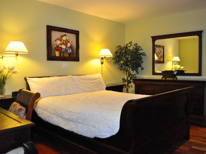 Master Bedroom - LUXURY FURNISHED 3 Bedroom 2.5 Bath Condo Sleeps 8 - Santa Monica - rentals