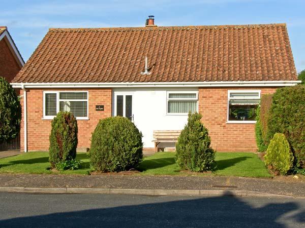 AN TIGIN, spacious stylish single storey accommodation, enclosed garden, woodburner in Snettisham Ref 17531 - Image 1 - Snettisham - rentals