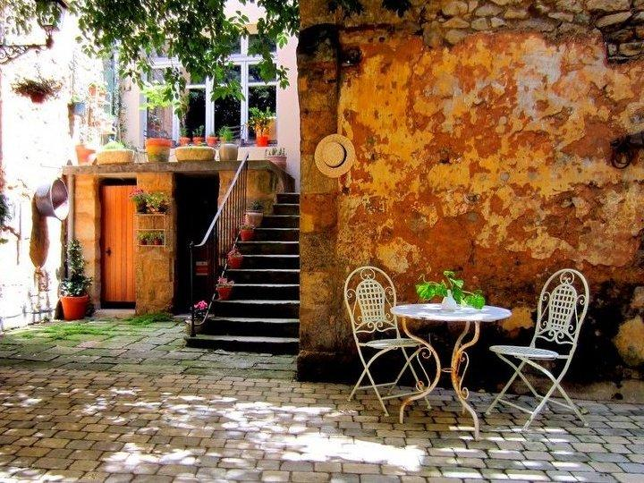 Communal Courtyard - Chez Simon - in the heart of Bordeaux wine region - Blaye - rentals