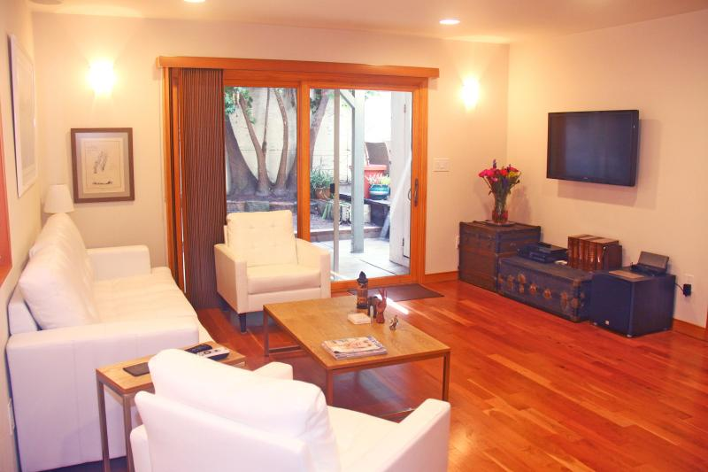 Living Room & TV - Luxury 1 Bedroom Unit, Walk to Beach. Sleeps 4. - Los Angeles - rentals