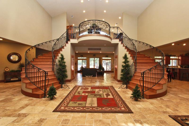 Entry with 25 ft ceilings - Appaloosa Estate - backing to National Forest - Big Bear City - rentals