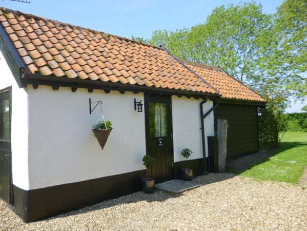 GARDEN COTTAGE, single storey cottage, ideal romantic retreat, in Pulham Market, Ref 17088 - Image 1 - Norfolk - rentals