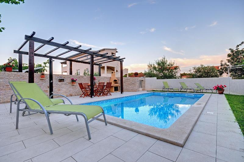 Pool at day-time - Cozy and modern, with pool & garden view - Pula - rentals