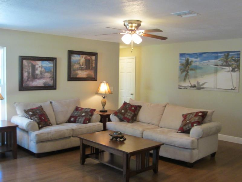 SPACIOUS LIVING ROOM THAT IS ALL OPEN INTO THE KITCHEN AND DINING AREA - Beautiful New 2 Bedroom Home, walk To Vero Beach - Vero Beach - rentals