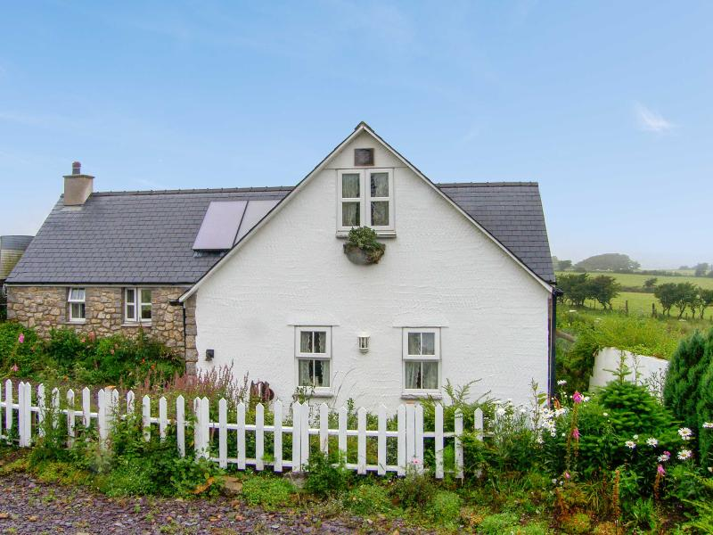 SALEM, detached, pretty gardens, four poster, roll top bath, close coast and Moelfre Ref 17436 - Image 1 - Moelfre - rentals