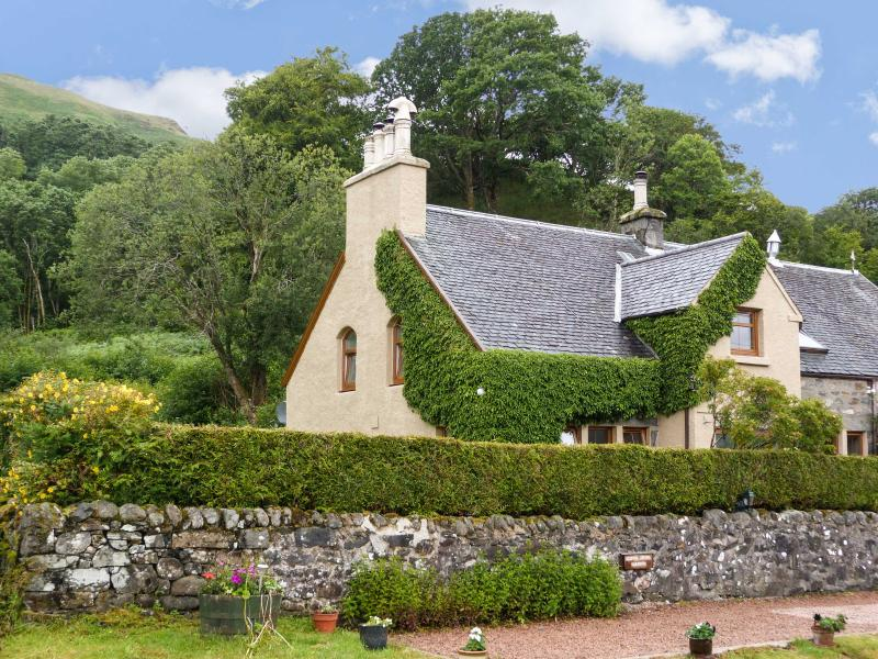 OLD SCHOOL HOUSE, character cottage on shores of loch, large gardens, cosy welcome in Letterfearn Ref 18097 - Image 1 - Scottish Highlands - rentals